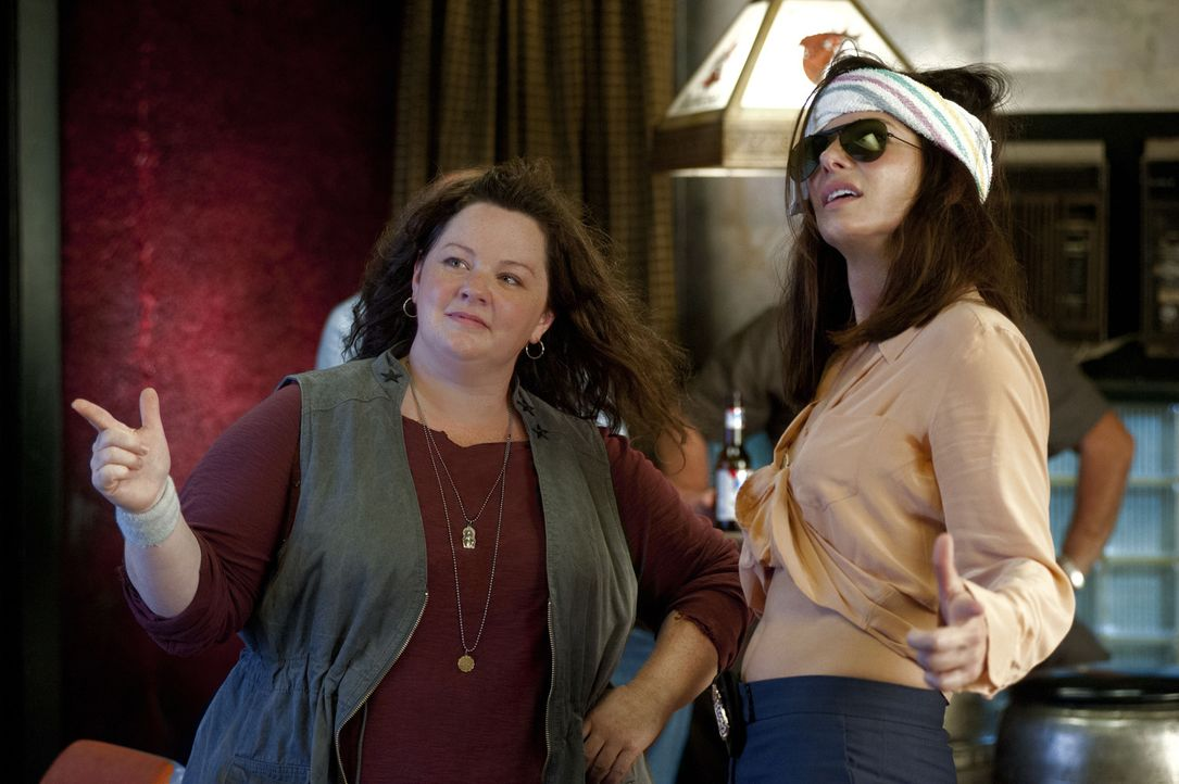 Gemeinsam ein unschlagbares Team: Sarah (Sandra Bullock, r.) und Shannon (Melissa McCarthy, l.) ... - Bildquelle: Gemma Lamana TM and   2013 Twentieth Century Fox Film Corporation.  All Rights Reserved.