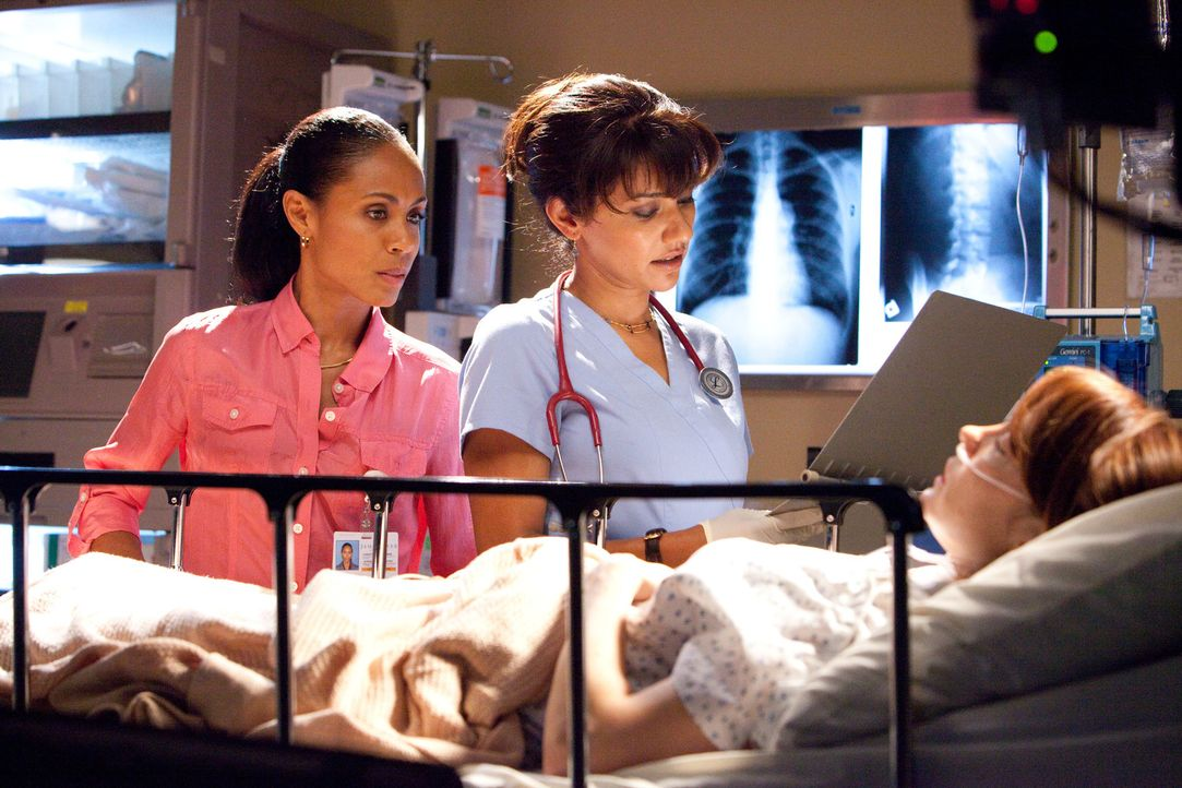 Christina (Jada Pinkett Smith, l.) ist besorgt um Valerie (Bonnie Root, r.), eine schwerkranke Drogensüchtige: Für ihr Wohl ist sie bereit, sich m... - Bildquelle: Sony 2009 CPT Holdings, Inc. All Rights Reserved