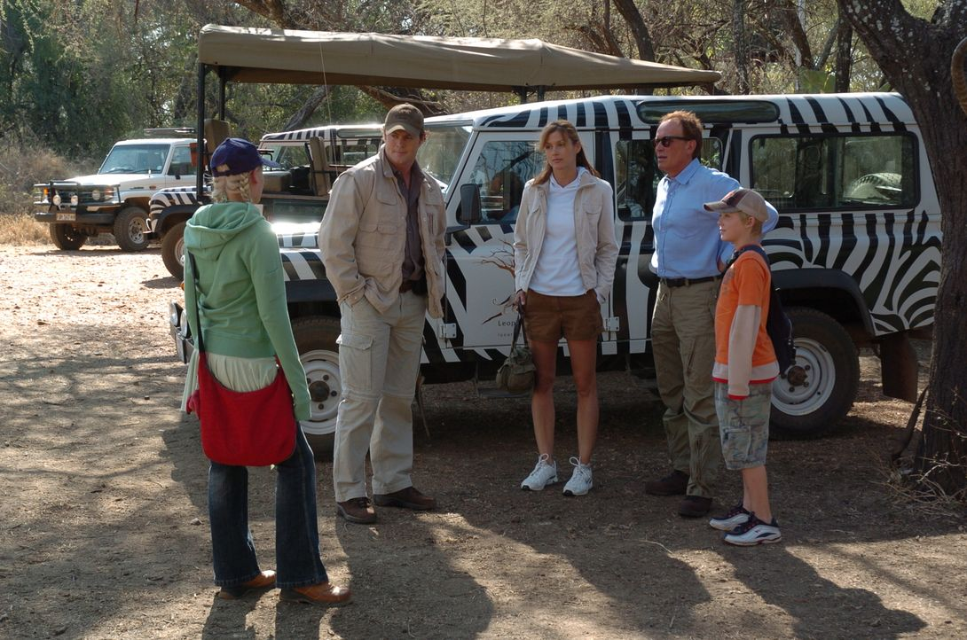 Tansania: Die Familie Newman plant einen Safari-Ausflug, an dem Papa Tom (Peter Weller, 2.v.r.) aus geschäftlichen Gründen nicht teilnehmen kann. Er...