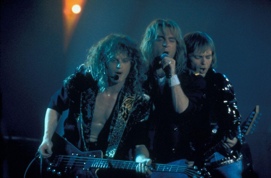 """Geben auf der Bühne immer alles und machen der Bezeichnung """"Hard-Rock-Band"""" alle Ehre: Rick Savage (Adam MacDonald, l.), Joe Elliott (Orlando Seale,... - Bildquelle: 2001 PARAMOUNT PICTURES"""