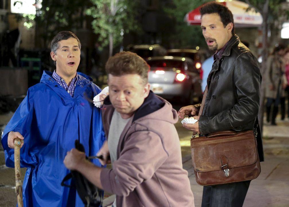 Auf ihren Trip nach New York, werden George (Jeremy Sisto, r.) und Fred (Chris Parnell, l.) von einem Fremden (Alan Heitz, M.) bedroht ... - Bildquelle: Warner Bros. Television