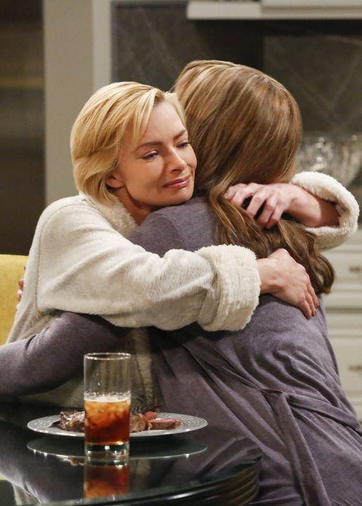 Jill (Jaime Pressly, l.) ist froh, dass sie Trost bei Bonnie (Allison Janney ,r.) findet, als etwas Unerwartetes passiert ... - Bildquelle: 2016 Warner Bros. Entertainment, Inc.