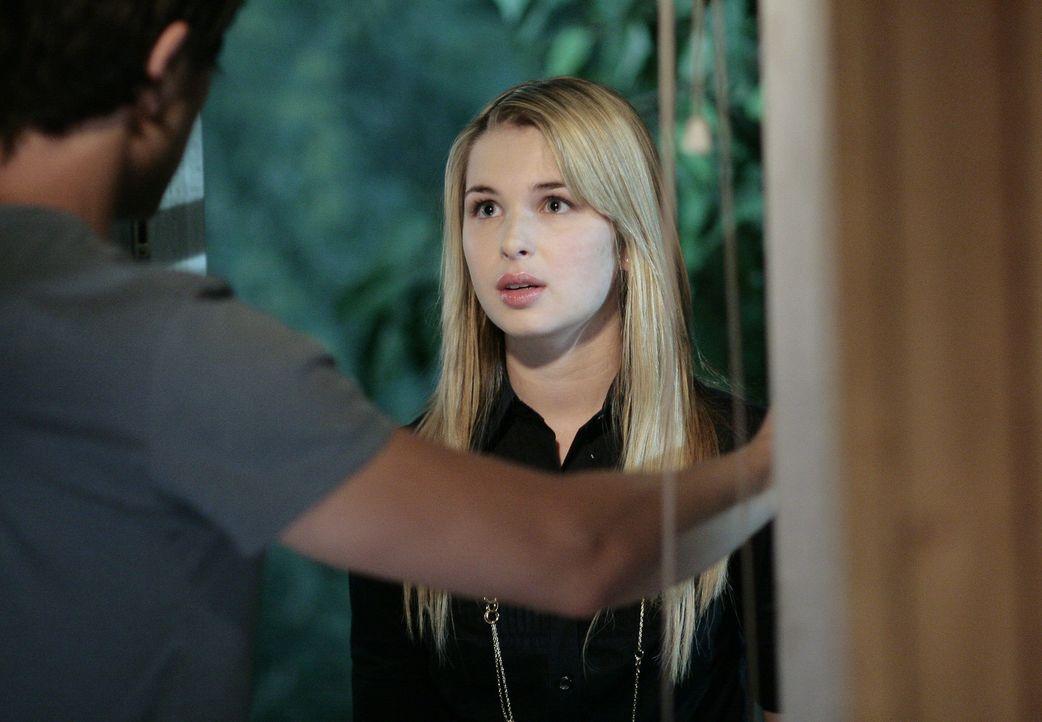 Damit niemand etwas erfährt, muss sich Amanda (Kirsten Prout, r.) bei Kyle (Matt Dallas, l.) verstecken ... - Bildquelle: TOUCHSTONE TELEVISION
