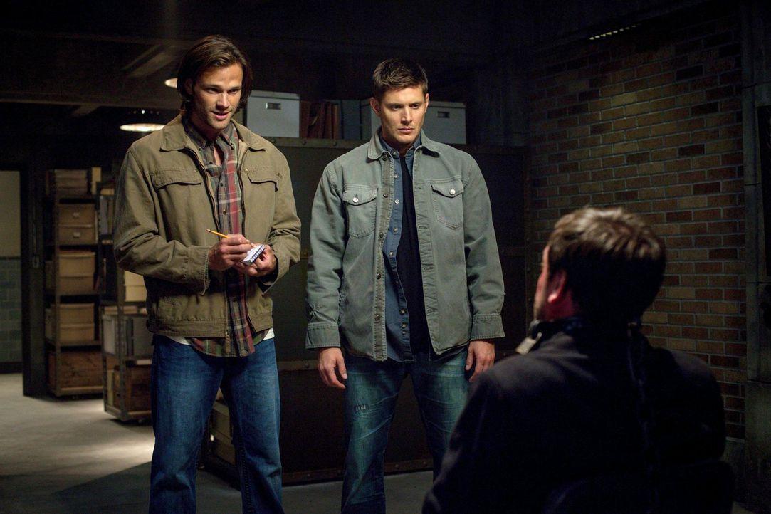 Sam (Jared Padalecki, l.) und Dean (Jensen Ackles, M.) versuchen, interessante Informationen aus Crowley (Mark Sheppard, r.) herauszubekommen, bis e... - Bildquelle: 2013 Warner Brothers