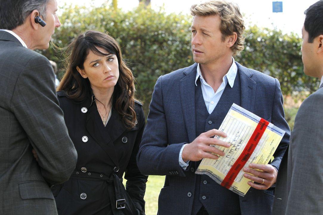 Versuchen, ein High School Drama aufzuklären: Patrick (Simon Baker, 2.v.r.) und Teresa (Robin Tunney, 2.v.l.) ... - Bildquelle: Warner Bros. Television