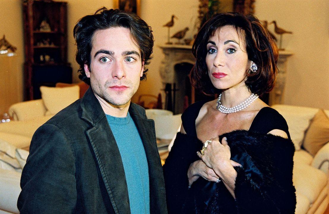 Marc Hoffmann (Alexander Pschill, l.) ist sich nicht sicher, ob Sonja Fuchs (Andrea Eckert, r.) wirklich über den Tod ihres Bruders erschüttert ist... - Bildquelle: Ali Schafler Sat.1