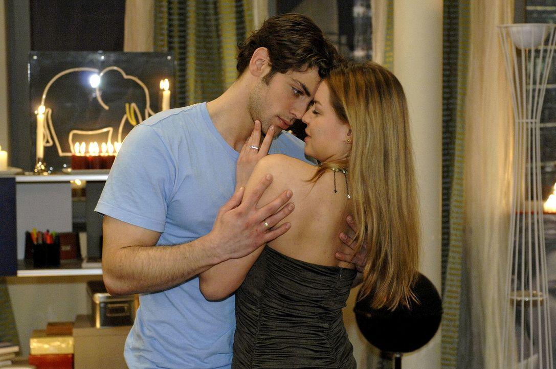 Katja (Karolina Lodyga, r.) und Jonas (Roy Peter Link, l.) verbringen einen romantischen Abend, um sich wieder zu versöhnen. Dabei verkündet Katja g... - Bildquelle: Oliver Ziebe Sat.1