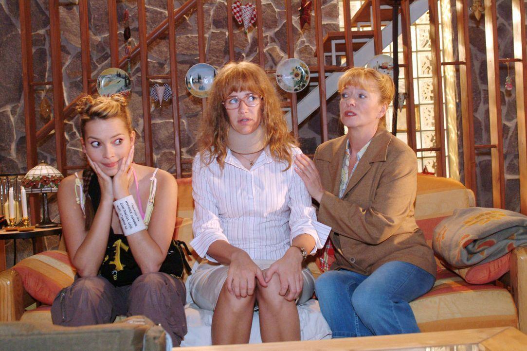 Helga (Ulrike Mai, r.) und Hannah (Laura Osswald, l.) können es nicht fassen, dass Lisa (Alexandra Neldel, M.) David in Schutz nimmt und ihre Verlet... - Bildquelle: Monika Schürle Sat.1