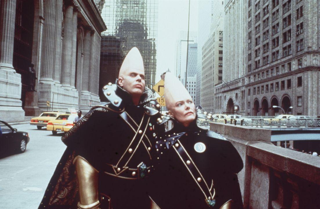 Es hat so sollen sein: Die Aliens Beldar (Dan Aykroyd l.) und seiner Frau Prymaat (Jane Curtin, r.) sind auf Grund einer UFO - Panne in New York lie... - Bildquelle: Paramount Pictures