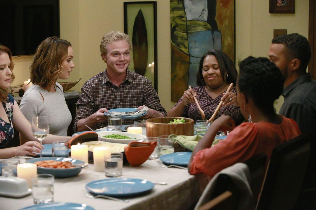 Meredith, Amelia und Maggie haben zur Dinnerparty geladen. Doch durch das Auftauchen eines unerwarteten Gast, droht die Stimmung zu kippen: April (S... - Bildquelle: Mitchell Haaseth ABC Studios