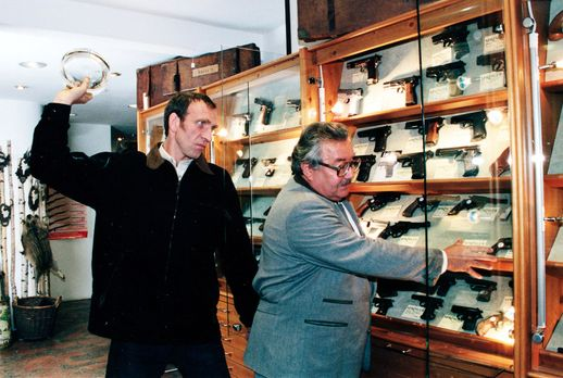 Peter Rogner (Jochen Nickel, l.) überfällt den Verkäufer eines Waffengeschäft...