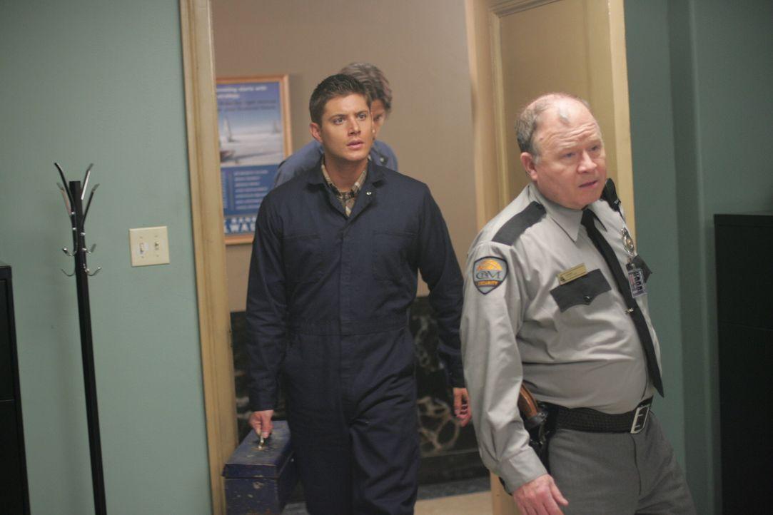 Dean (Jensen Ackles, l.) erhofft sich Hilfe von Henry (Stephen E. Miller, r.), damit er Hinweise zu den Methoden des Formwandlers erhält ... - Bildquelle: Warner Bros. Television