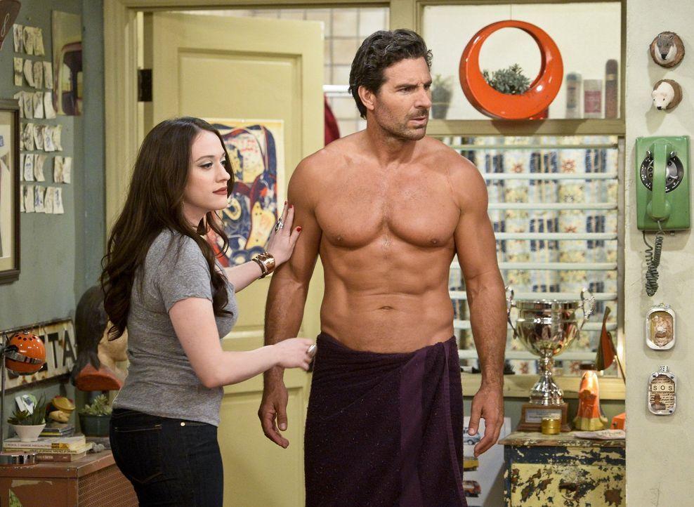 Max (Kat Dennings, l.) ist überrascht, als sie Besuch von ihrem Exfreund Randy (Ed Quinn, r.) bekommt. Der vermisst Max und will ihre Beziehung wied... - Bildquelle: 2016 Warner Brothers