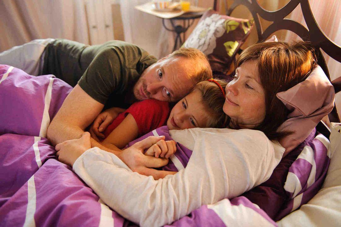Ihr Mann (Johann von Bülow, l.) und ihre neunjährige Tochter Lucy (Emma Schweiger, M.) brauchen sie, im Schuhgeschäft steht die Inventur an und das... - Bildquelle: Willi Weber SAT.1