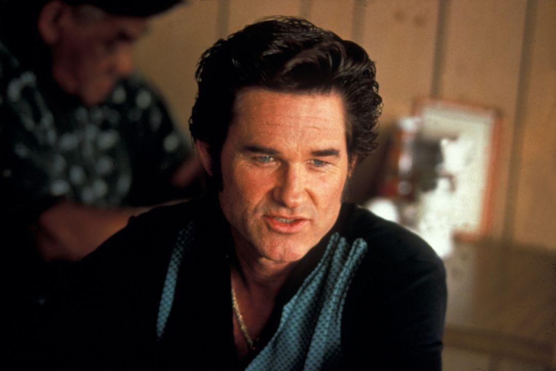Als sein mörderischer Kumpel Murphy mit der Beute verschwindet, heftet sich Michael (Kurt Russell) an seine Fersen. Doch dabei kleben Kellnerin Cyb... - Bildquelle: Francise Pictures