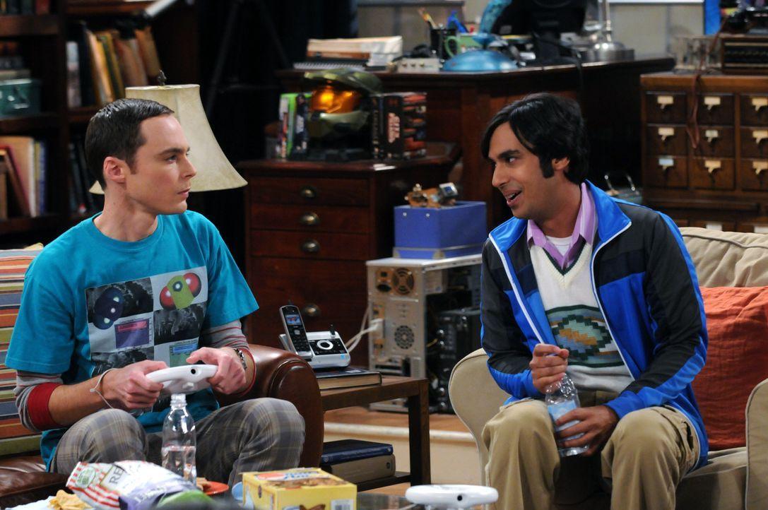 Howard bringt seine neue Freundin Bernadette zum Abendessen zu seinen Freunden Leonard, Sheldon (Jim Parsons, l.) und Raj (Kunal Nayyar, r.) mit. Da... - Bildquelle: Warner Bros. Television
