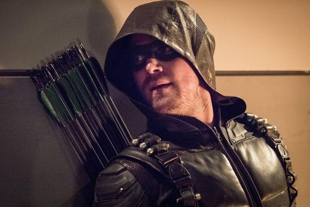 Noch ahnt Oliver alias Green Arrow (Stephen Amell) nicht, dass ihr Versuch, die Aliens zu bekämpfen, für alle Superhelden anders endet, als geplant... - Bildquelle: 2016 Warner Bros.