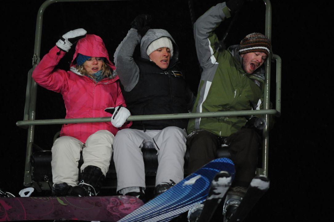 Bevor Joe (Shawn Ashmore, r.), Dan (Kevin Zegers, M.) und Parker (Emma Bell, l.) die Bergstation erreichen, hält der Skilift in großer Höhe abrupt a... - Bildquelle: Fred Hayes Frostbite Features, Inc.