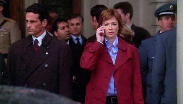 Jenny Shepard (Lauren Holly, vorne) muss an einer Konferenz in Übersee teilne...