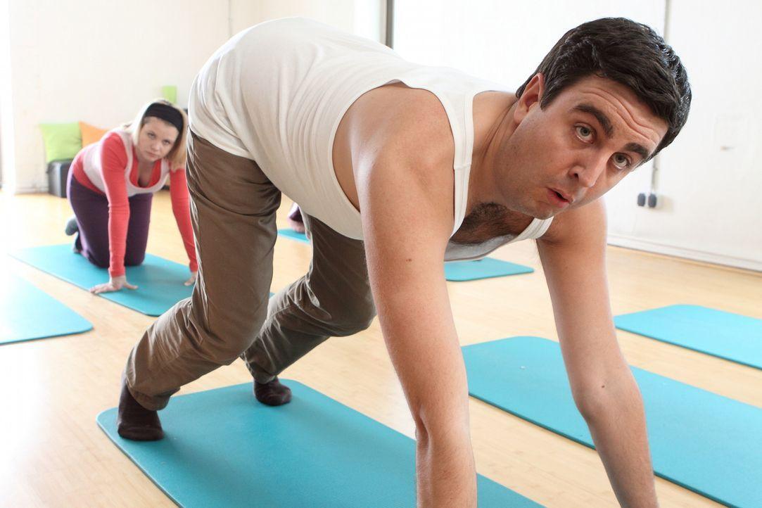 Annette Frier (Annette Frier, l.) überredet Anne und Bastian (Bastian Pastewka, r.) zu regelmäßigem Pilates-Unterricht, was Sportmuffel Bastian  - Bildquelle: SAT.1
