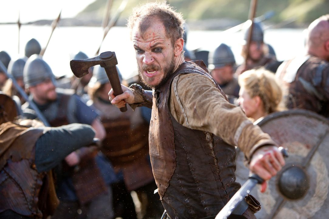 Crazy Floki (Gustaf Skarsgård): Der Bootsbauer stürzt sich immer wieder gerne in das Gemetzel ... - Bildquelle: 2013 TM TELEVISION PRODUCTIONS LIMITED/T5 VIKINGS PRODUCTIONS INC. ALL RIGHTS RESERVED.