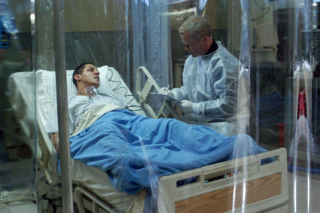 Dr. Stephen Connor (Neal McDonough, r.) übernimmt die Untersuchungen an Soldat Richard Henderson (Marshall Cook, l.) ... - Bildquelle: CBS Television