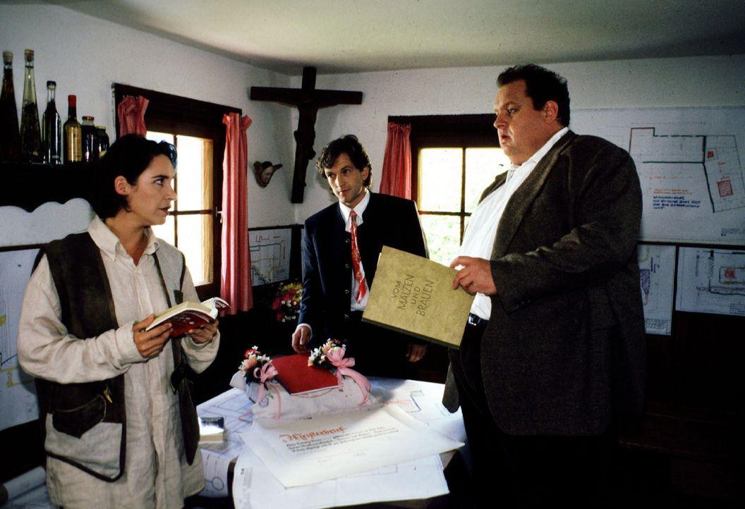 Kommissar Benno Berghammer (Ottfried Fischer, r.) und Sabrina  Lorenz (Katerina Jacob, l.) lassen sich von Tobias (Peter Weiß, M.) über die Fertigke... - Bildquelle: Magdalena Mate Sat.1