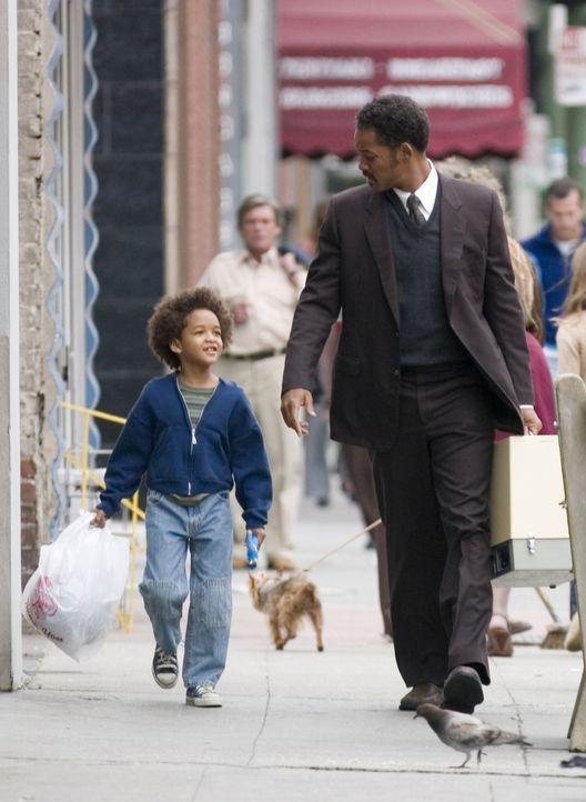Trotz riesiger Sorgen und Probleme verlieren Chris Gardner (Will Smith, r.) und sein Sohn Christopher (Jaden Smith, l.) niemals den Lebensmut und ih... - Bildquelle: METRO-GOLDWYN-MAYER STUDIOS INC. All Rights Reserved.