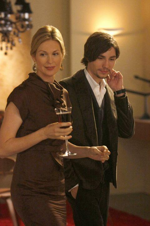 Lily ( Kelly Rutherford,l.) zeigt Aaron (John Patrick, r.) ihre Kunstbilder ... - Bildquelle: Warner Brothers