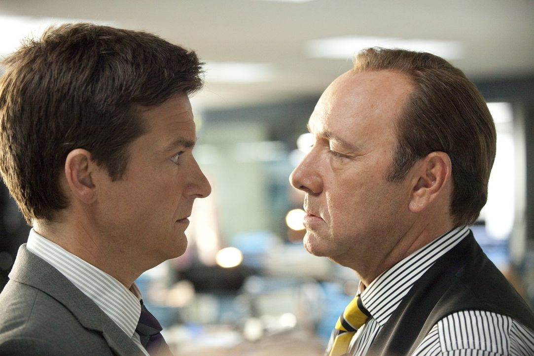 Der brave Angestellte Nick (Jason Bateman, l.) leidet unter seinem sadistischen Boss Dave Harken (Kevin Spacey, r.), doch ist ein Mord wirklich die... - Bildquelle: 2011 Warner Bros.