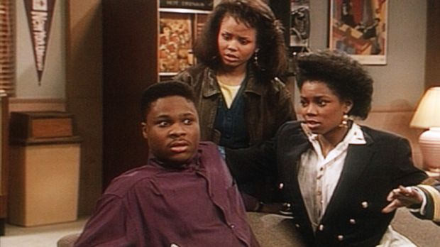 Justine (Michelle Thomas, M.) erwischt ihren Freund Theo (Malcolm-Jamal Warne...