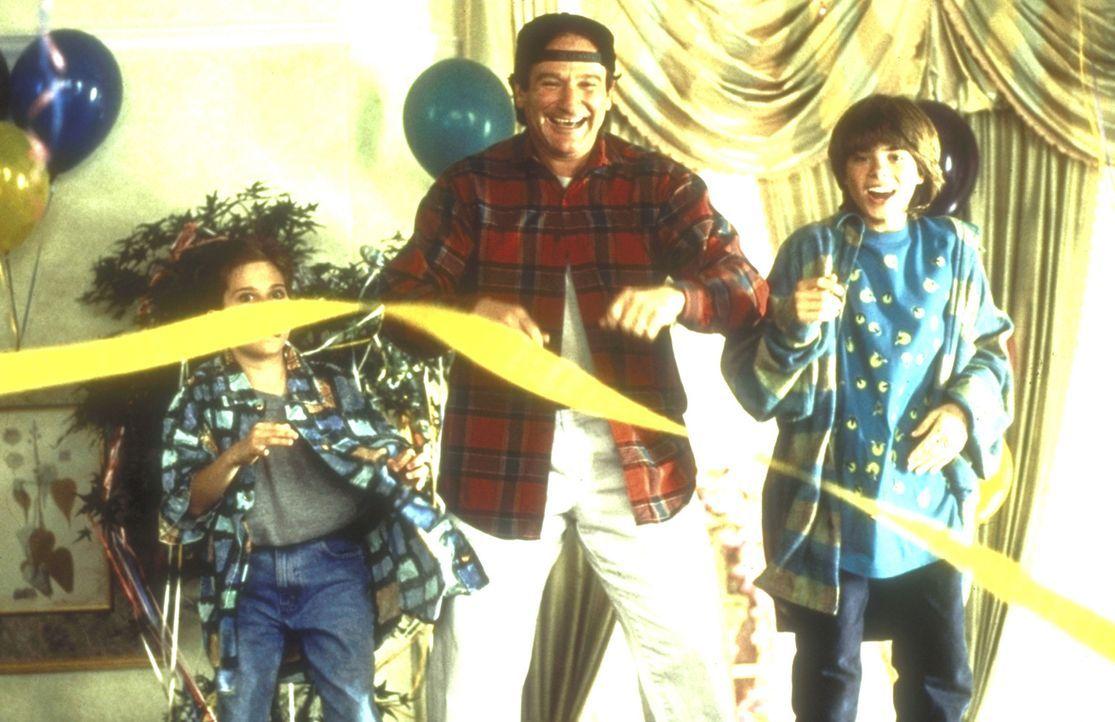 Kindererziehung: Je verrückter Daniels (Robin Williams, M.)  Aktionen, desto glücklicher sind Lydia (Lisa Jakub, l.) und Chris (Matthew Lawrence,... - Bildquelle: 20th Century Fox