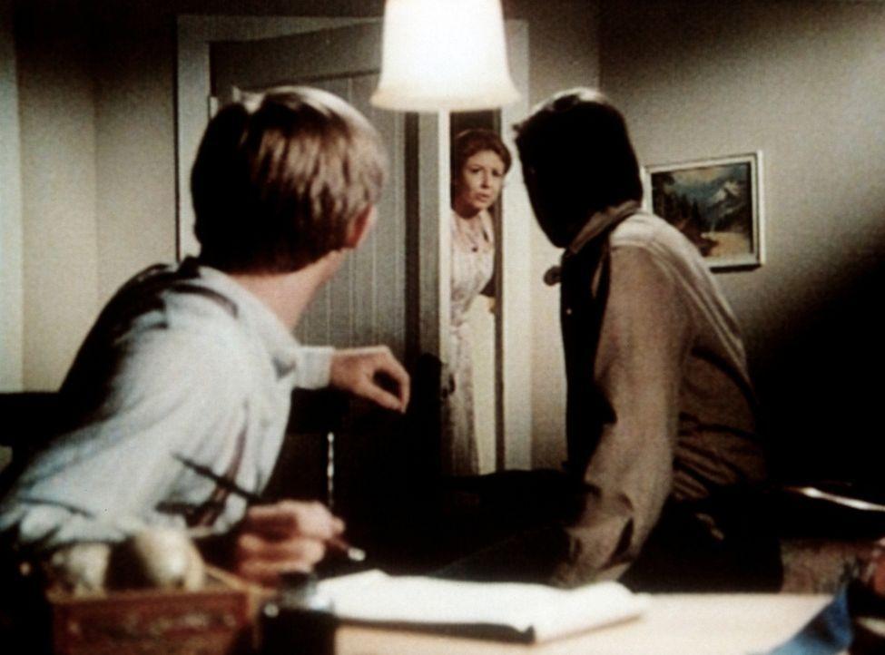 Olivia (Michael Learned, M.) teilt John Walton (Ralph Waite, r.) und John-Boy (Richard Thomas, l.) aufgeregt mit, dass die Schule von Waltons Mounta... - Bildquelle: WARNER BROS. INTERNATIONAL TELEVISION