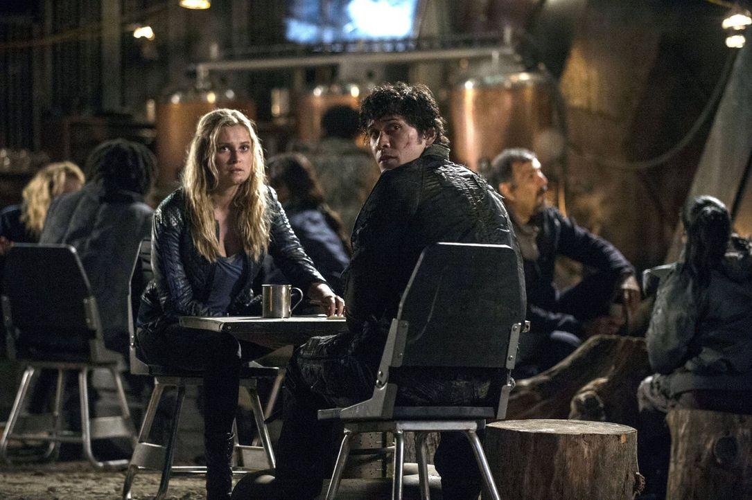 """Clarke (Eliza Taylor, l.) und Bellamy (Bob Morley, r.) planen den Sturm auf """"Mount Weather"""". Doch kommen sie bereits zu spät? - Bildquelle: 2014 Warner Brothers"""