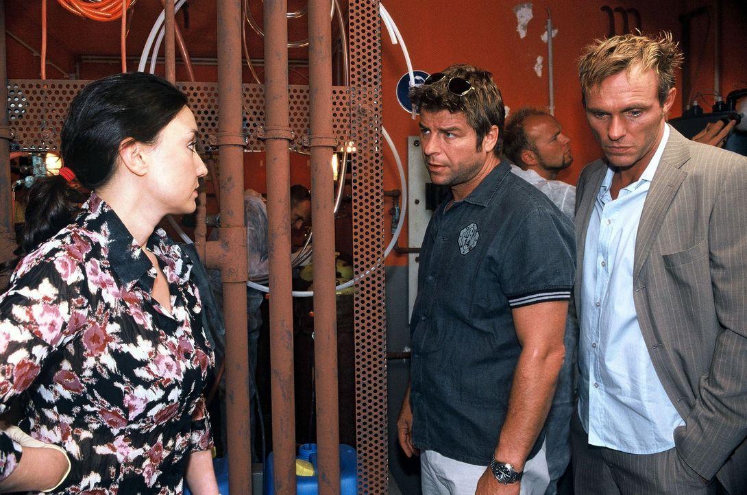 Die Gerichtsmedizinerin (Tatjana Clasing, l.), Falk (Dirk Martens, r.) und Jupp (Uwe Fellensiek, M.) untersuchen die Leiche von Behrmann. - Bildquelle: Munstermann Sat.1