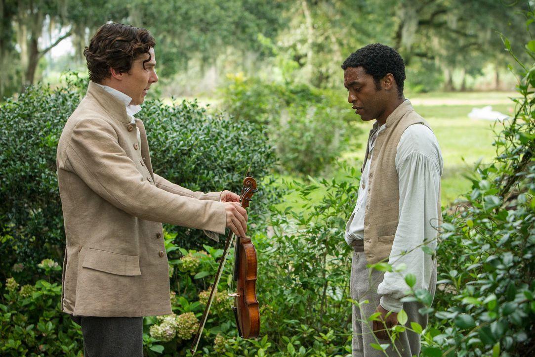 Als der freie Afroamerikaner Solomon Northup (Chiwetel Ejiofor, r.) in die Sklaverei verkauft wird, landet er zuerst bei dem verhältnismäßig friedli... - Bildquelle: TOBIS FILM