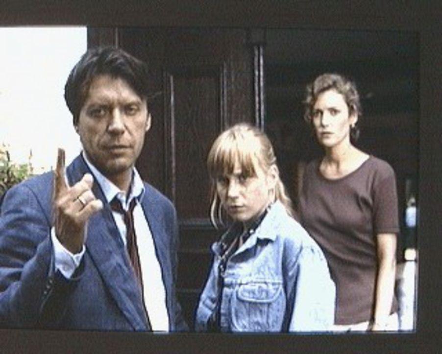 Martin Böhm (Helmut Berger, l.) lebt mit seiner Frau Sabine (Katharina Meinecke, r.) und seiner Tochter Tonie (Nadine Neumann, M.) auf dem Land, in... - Bildquelle: Erika Hauri Sat.1/Hauri