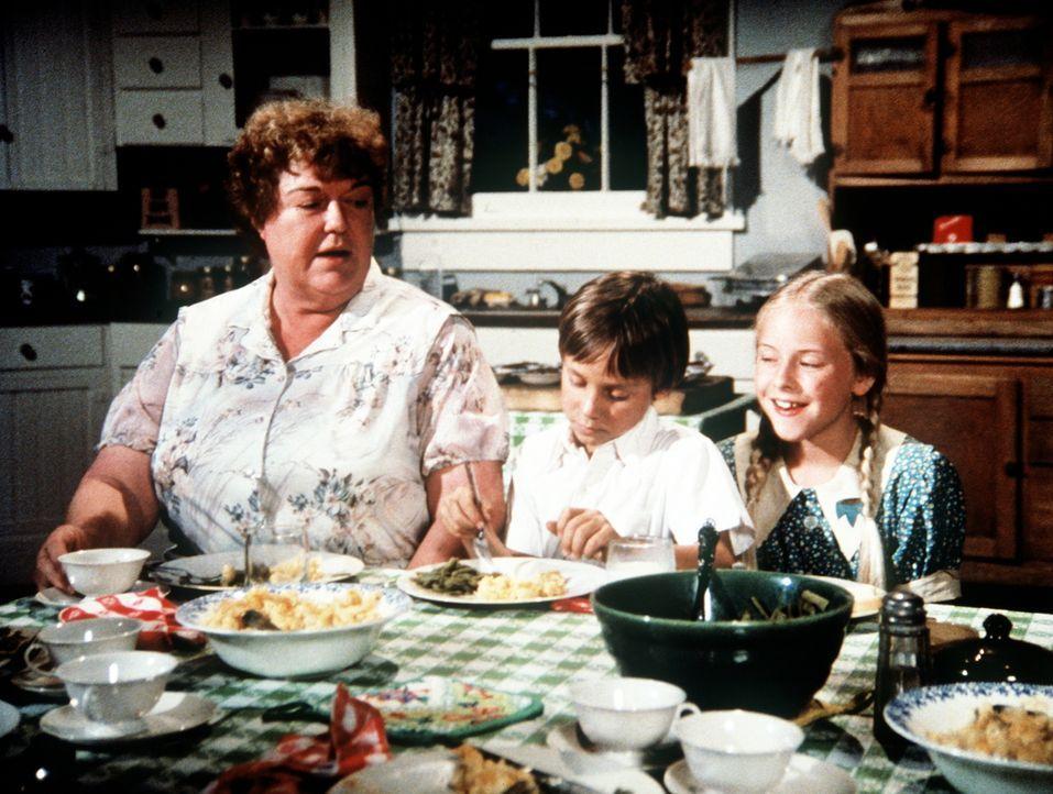 Rose (Peggy Rea, l.) hat mit ihren Enkelkindern Jeffrey (Keith Mitchell, M.) und Serena (Martha Nix, r.) so ihre Mühe. - Bildquelle: WARNER BROS. INTERNATIONAL TELEVISION