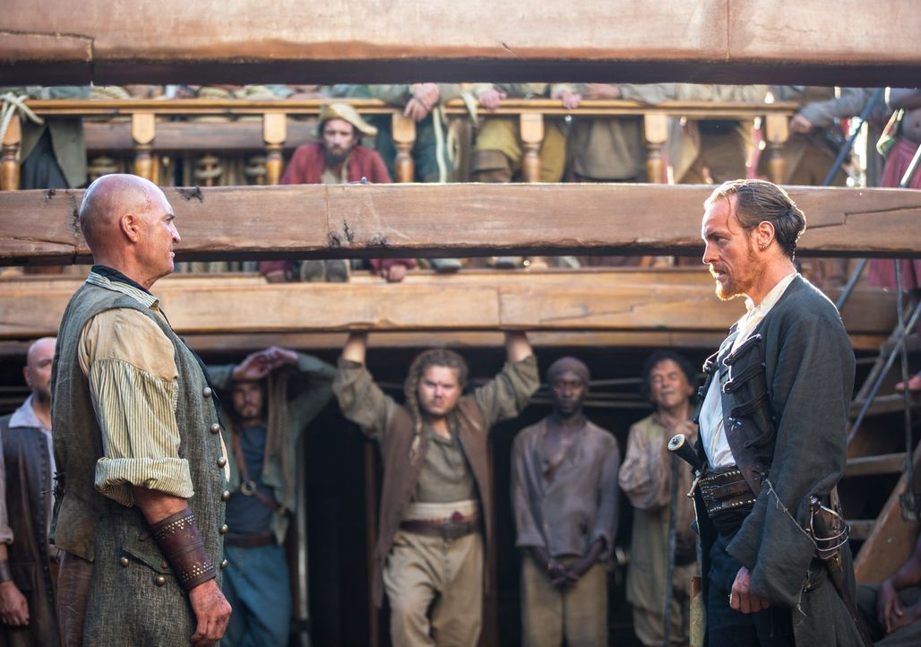 Captain Flint (Toby Stephens, r.) wird sein Schiff und seine Crew nicht kampflos abgeben, egal wie viele Stimmen Singleton (Anthony Bishop, l.) erhä... - Bildquelle: 2013 Starz Entertainment LLC, All rights reserved