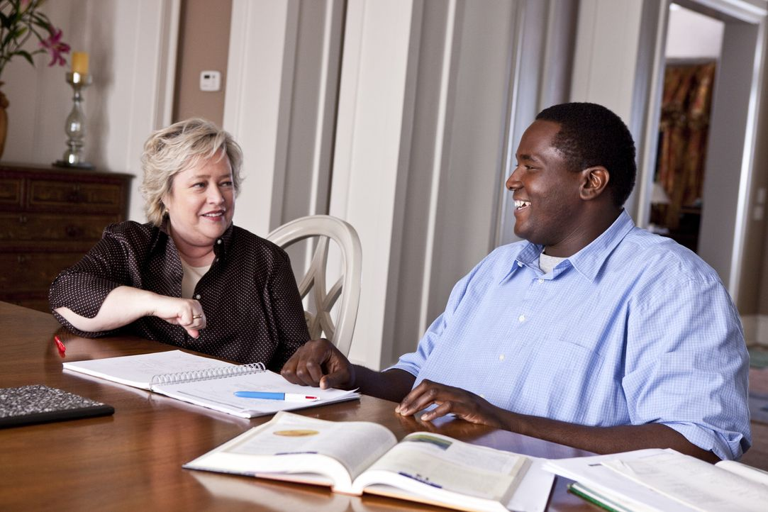 Nachhilfelehrerin Miss Sue (Kathy Bates, l.) verhilft Michael (Quinton Aaron, r.) zu einem guten Schulabschluss, damit er er die Chance erhält, Mit... - Bildquelle: Warner Brothers