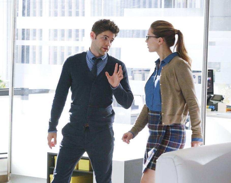 Während Kara (Melissa Benoist, r.) sich über die Motive ihrer Tante Astra im Unklaren ist und ihr Handeln deswegen in der Schwebe steht, ist Winn (J... - Bildquelle: 2015 Warner Bros. Entertainment, Inc.