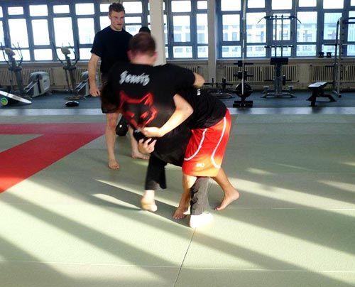 Christopher bringt seinen Sparringspartner zu Boden. - Bildquelle: Susanne Brandes - Sat.1
