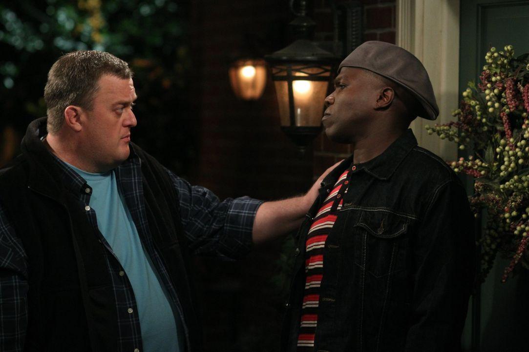 Carl (Reno Wilson, r.) steht Mike (Billy Gardell, l.) bei, Molly zu erobern ... - Bildquelle: 2010 CBS Broadcasting Inc. All Rights Reserved.
