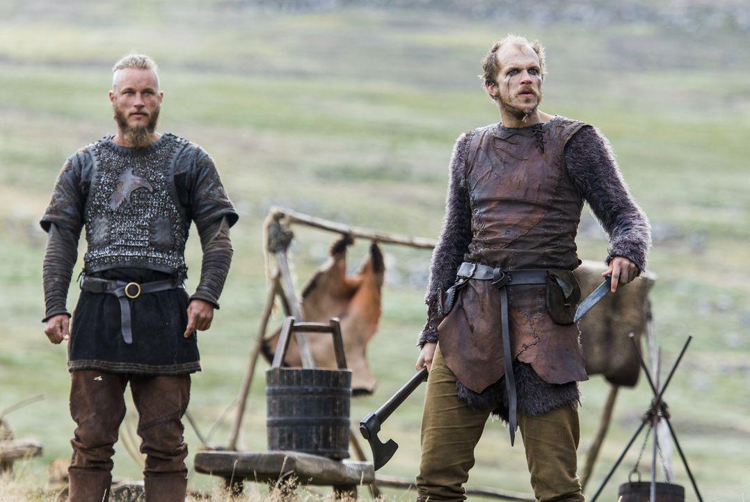 Ragnar (Travis Fimmel, l.) und Floki (Gustaf Skarsgard, r.) erreicht schlechte Kunde aus ihrer Heimat ... - Bildquelle: 2014 TM TELEVISION PRODUCTIONS LIMITED/T5 VIKINGS PRODUCTIONS INC. ALL RIGHTS RESERVED.