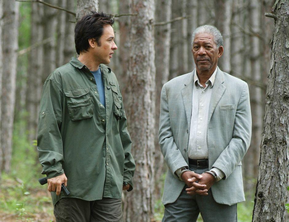 Obwohl ihm dessen Leute im Nacken hocken, will Ray (John Cusack, l.) den Killer Carden (Morgan Freeman, r.) unbedingt der Polizei übergeben ... - Bildquelle: Millennium Films