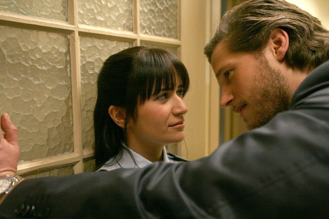 Obwohl Kersten (Sebastian Ströbel, r.) nach wie vor in Carla verliebt ist, hindert es den Macho nicht daran, auch deren Mitarbeiterin Aishe (Pinar... - Bildquelle: Volker Roloff SAT.1