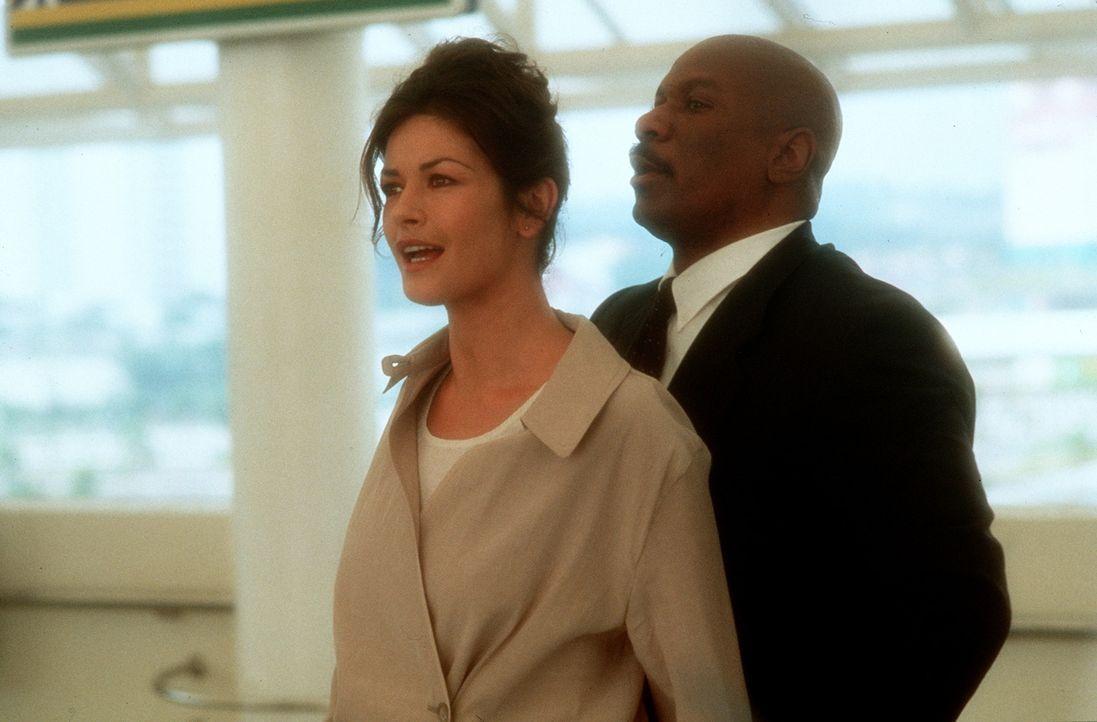 Bei ihren Ermittlungen stößt die Agentin Gin (Catherine Zeta-Jones, l.) auf den undurchsichtigen Thibadeaux (Ving Rhames, r.). Doch sie ahnt nicht... - Bildquelle: 20th Century Fox.