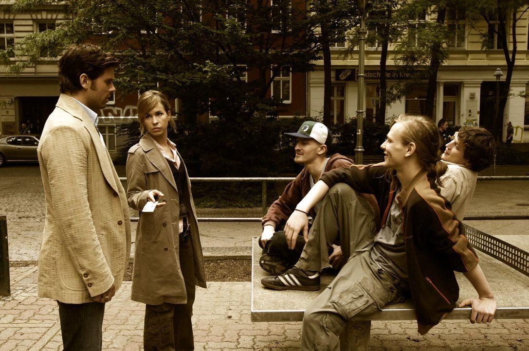 Kozack (Steffen Groth, l.) und seine Kollegin Mia (Mareike Fell, 2.v.l.) stellen die Jugendlichen zur Rede ... - Bildquelle: Gordon Mühle ProSieben