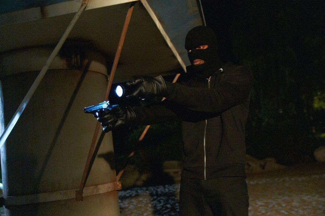 Mit erhobener Waffe zwingt der Gangster Charisma dazu, ihre Freunde zu fesseln ... - Bildquelle: Steven Lungley Cineflix 2014