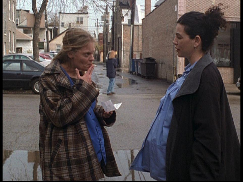 Carol Hathaway (Julianna Margulis, r.) sorgt sich um die schwangere Meg (Martha Plimpton, l.) ... - Bildquelle: TM+  2000 WARNER BROS.